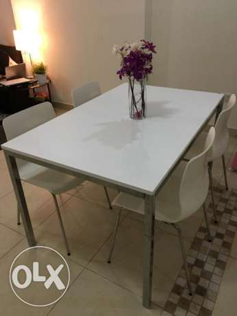 Table, chrome-plated, high-gloss white plus 4 chairs.