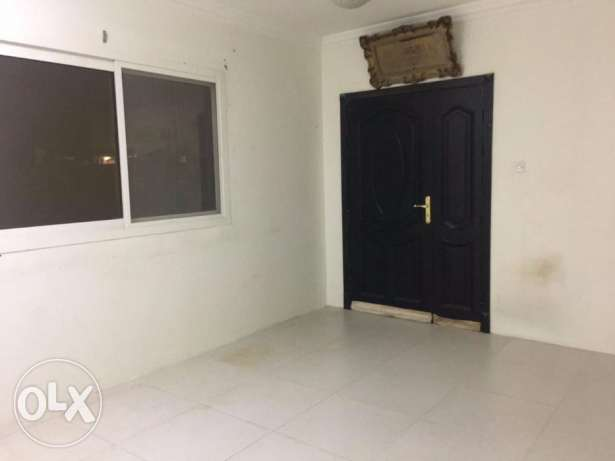 Unfurnished 1bhk Apartment in abu hamour المعمورة -  3