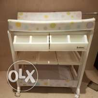Baby's bath tub and changing table