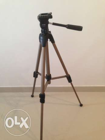 Tripod with two adjustable heights, mounting tilts, comes with carry b